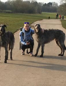 Geerke met hounds in park